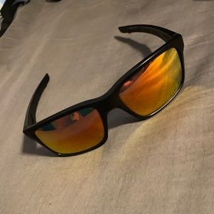 Mainlink Oakley sunglasses with polarized lenses